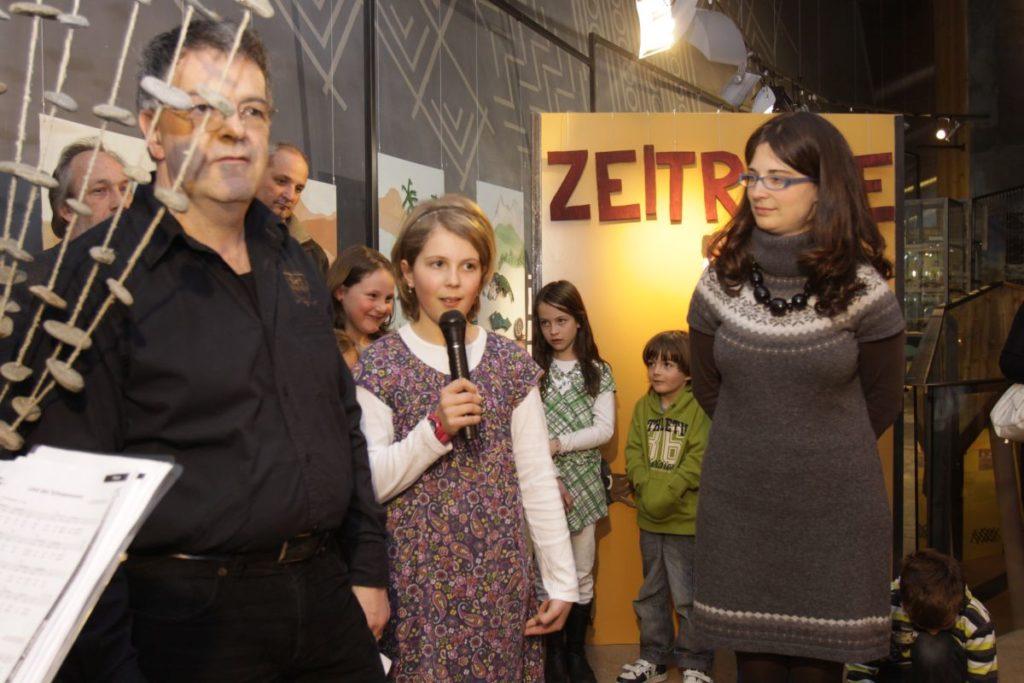 """Eröffnung der Karthauser Schülerausstellung """"Zeitreise"""" im April 2010: Schulleiter Erwin Grüner und archeoParc-Leiterin Johanna Niederkofler <br/>Inaugurazione della mostra scolaresca """"Zeitreise""""<br/>Opening of the exhibition project """"Zeitreise"""""""