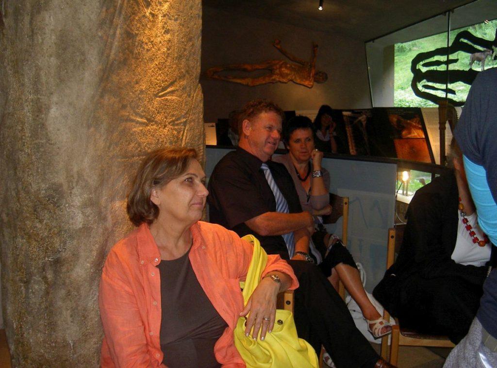 Eröffnung der Ausstellung Bast Binsen Brennessel von Anne Reichert im archeoParc <br/>Inaugurazione della mostra sulle fibre vegetali usati nell'età della pietra <br/>Opening ceremony of the exhibition on working organic fibres in prehistory