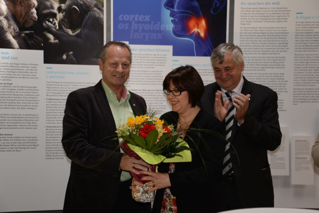 Kuratorin Simona Marchesini mit Museen-Landesrat Florian Mussner (rechts)und Bürgermeister Karl Josef Rainer (links)<br/>La curatrice Simona Marchesini con l'assesore provinciale Florian Mussner e il sindaco del comune di Senales Karl Josef Rainer<br/>Opening ceremony of the exhibition on the history of languages together with the curator Simona Marchesini an politicians