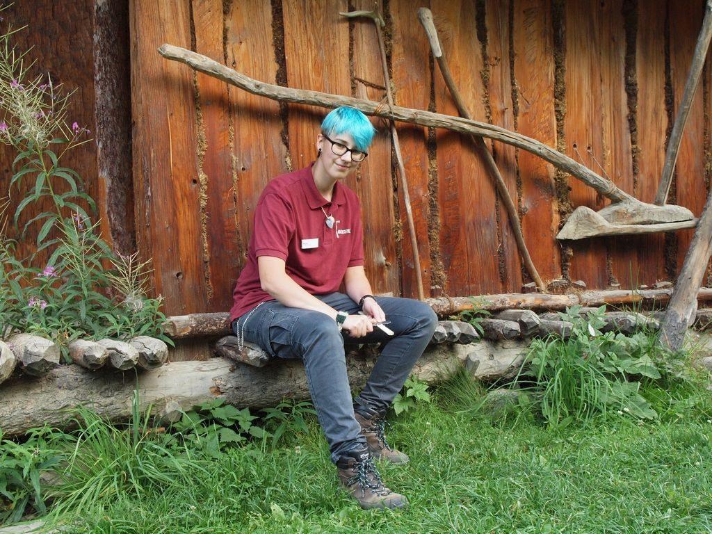 Praktikantin Nico Korbel(D) im Freilichtbereich des archeoParc<br/>La tirocinante Nico Korbel (D) nell'area all'aperto dell'archeoParc<br/>Trainee Nico Korbel (D) at the open-air area of archeoParc val Senales<br/><br/>August 2016