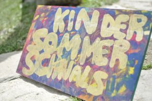 Schild Kindersommer Schnals im archeoParc<br/>Cartello Estate dei bambini della val Senales presso l'archeoParc<br/>Sign oft he Kids summer school at archeoParc<br/><br/>July 2017