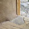 Innenansicht auf den Fussboden aus Eichendielen und die lehmverputzte FlechtwerkwandIl pavimento in tavolato di rovere la parete in vimini intrecciato e intonaco di argillaThe oak floorboards and the clay-plastered wicker wall3350-2890 BCVillanuova sul Clisi-Monte Covolo, I