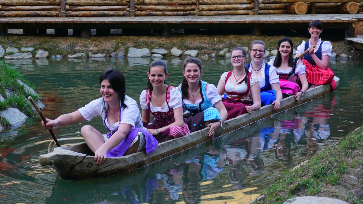 Im archeoParc-Einbaum beim Dirndl-Fotoshoting<br/>Andare in piroga nel abito tradizionale tirolese<br/>Drindl dress and dog out canoe<br/>May 2018