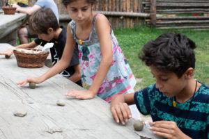 Kinder im Freilichtbereich des archeoParc Schnalstal in SüdtirolBambini nell'area all'aperto dell'archeoParc Val Senales in Alto AdigeChildren at the open air area of archeoParc Val Senales in South Tyrol
