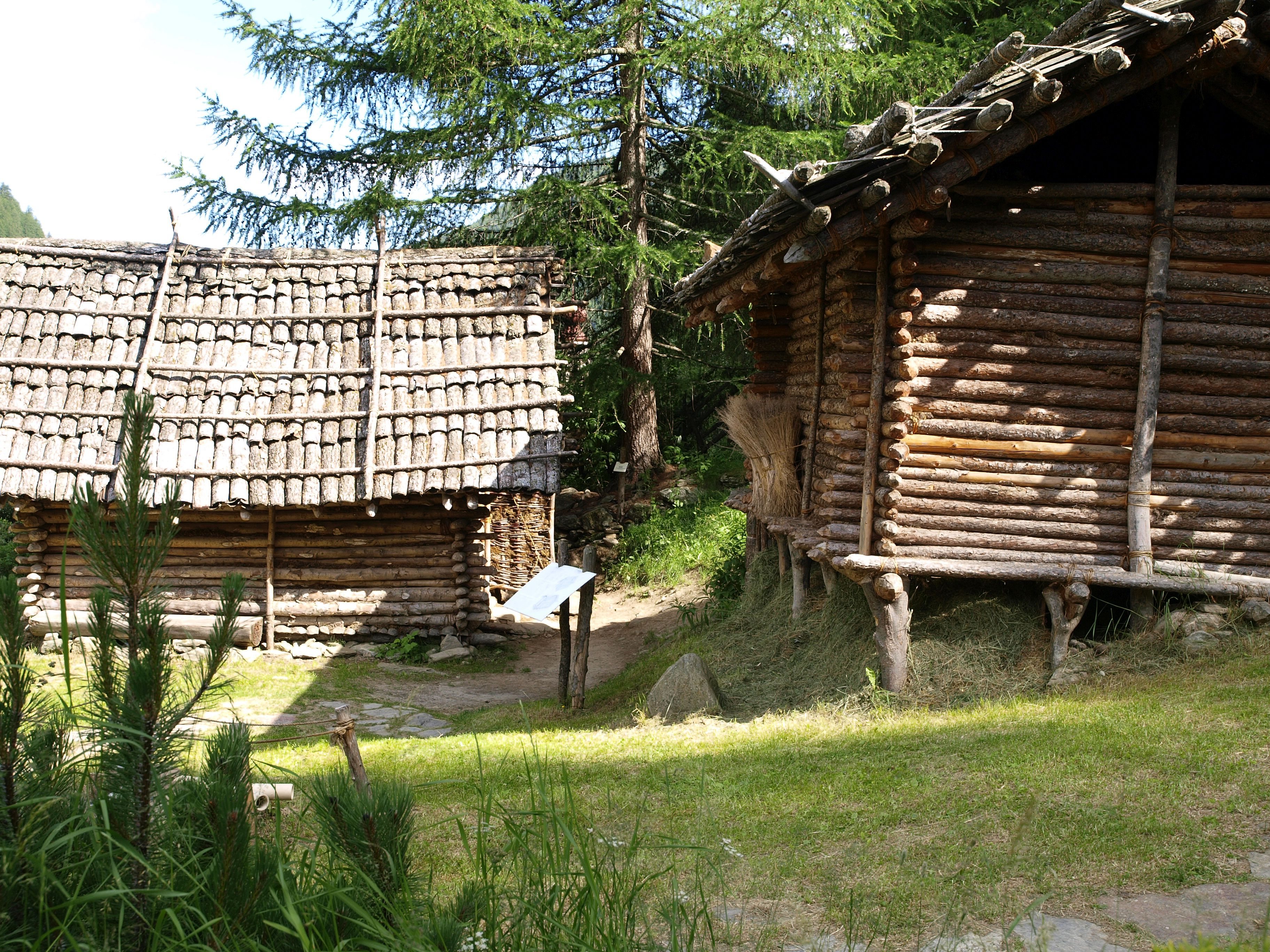 Zwei jungsteinzeitliche Hausmodelle im Freilichtbereich des archeoParc Schnalstal in der Nähe der Ötzifundstelle in Südtirol <br/> Due ricostruzioni di capanne dell'epoca di Ötzi nell'area all'aperto dell'archeoParc della val Senales <br/> Two neolithic house reconstructions at the archeological open-air museum archeoParc Val Senales close to the discovery site of the Iceman in northern Italy<br/><br/>2900-2600 BC <br/>Alleshausen-Grundwiesen, D