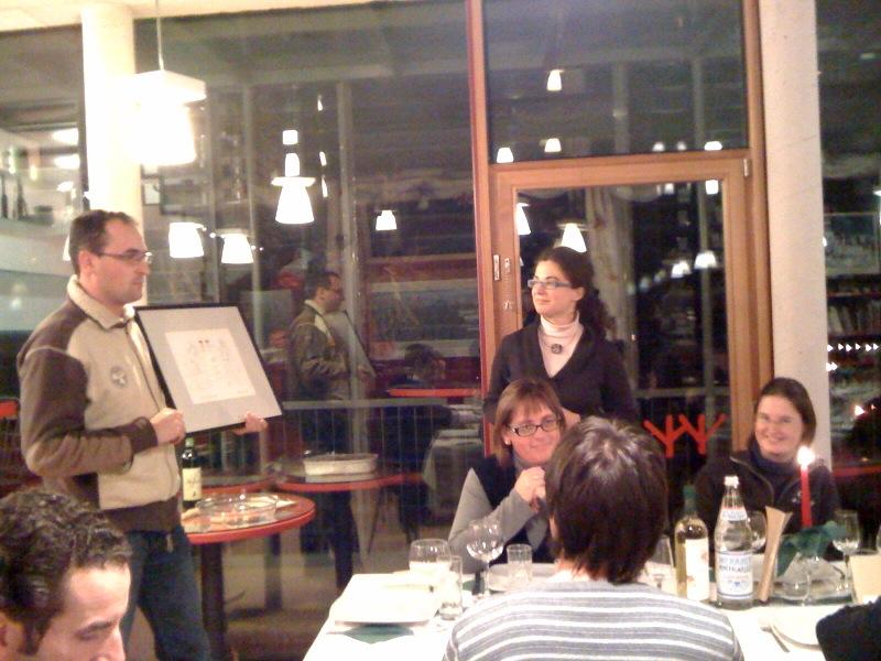 Vereinspräsident Alexander Rainer überreicht Silvano Pergher zum Abschied als Dank eine Karikatur von Pepi Tischler<br>Festa per Silvano Pergher<br/>Staff member Silvano Pergher retired